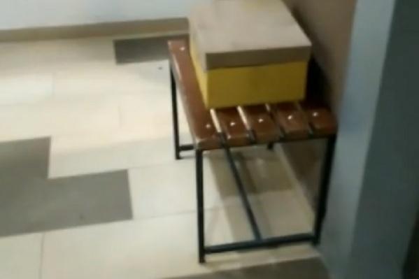 С самого утра в подъезде дома лежала коробка. Бдительные жители решили вызвать полицию и МЧС