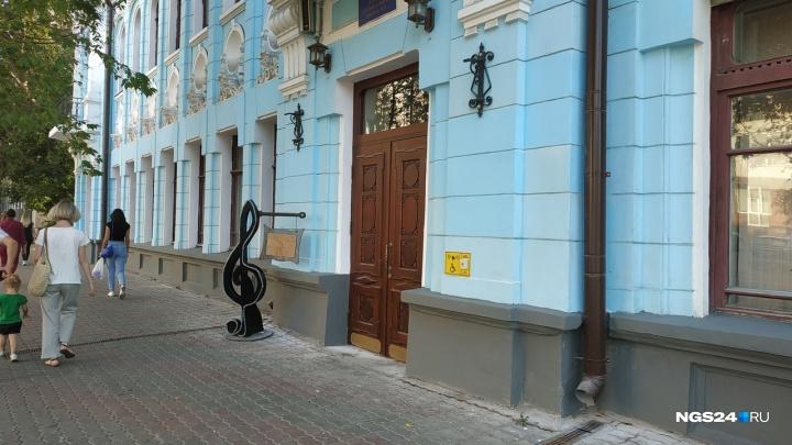 Музыкальную школу, где спустя год осыпалась новая краска, обвинили в дроблении контрактов