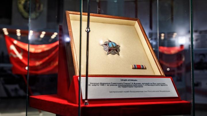 «Это действительно кровь»: в Волгоград привезли бриллиантовый орден Победы и Знамя Победы