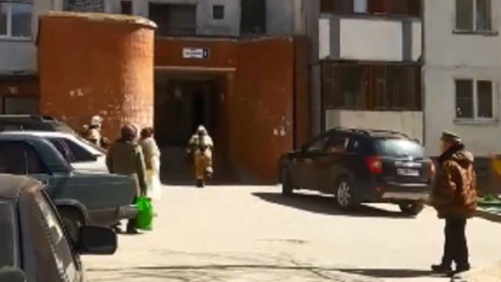 В Волгограде на пожаре в шестнадцатиэтажном доме применили 50-метровую автолестницу
