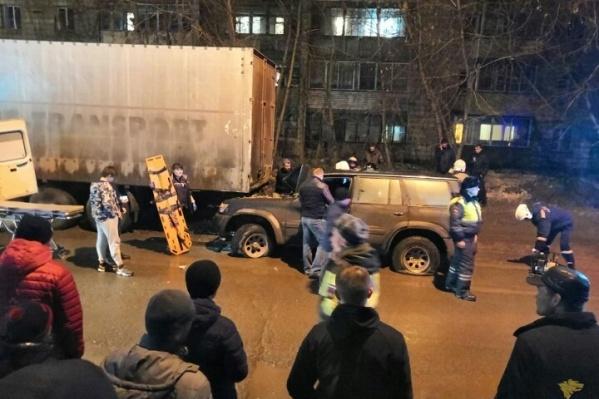По словам очевидцев, в салоне внедорожника находилась пассажирка — девушка не пострадала