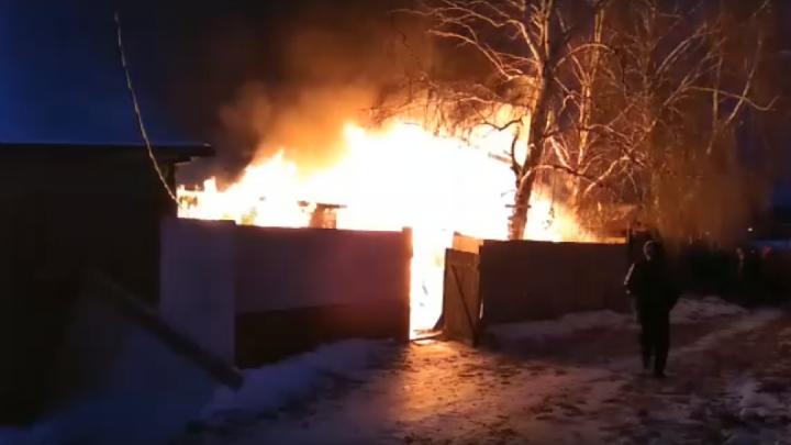 В Тюмени из-за короткого замыкания электропроводки сгорел дом