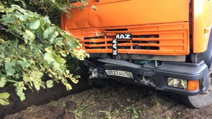 Серьёзное ДТП в Башкирии: водитель отечественной легковушки влетел в КАМАЗ, Уфа