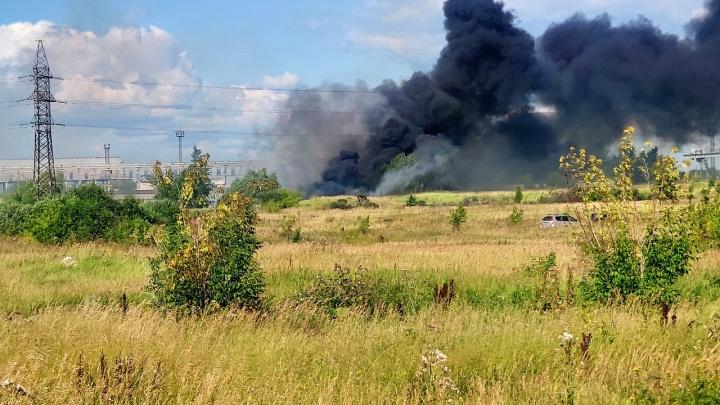 Район трубного завода в Каменске-Уральском заволокло черным дымом от пожара