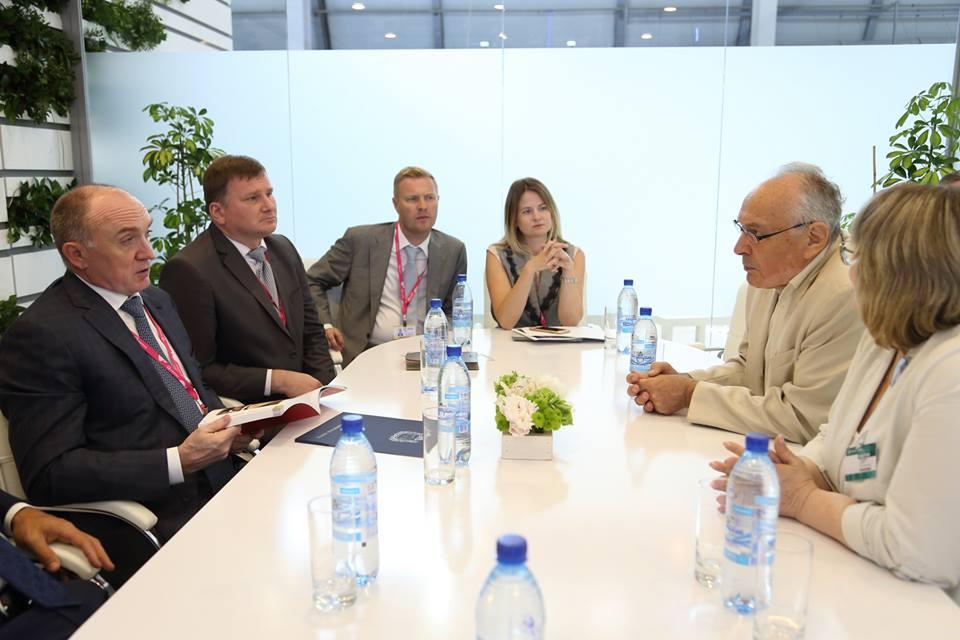 За считаные часы до задержания Антон Бахаев и Ольга Алейникова (в центре) приняли участие в очередном совещании по подготовке саммитов-2020