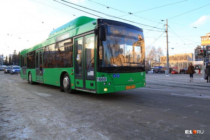 Сейчас, чтобы заправить автобусы, на предприятие привозят ёмкости с газом