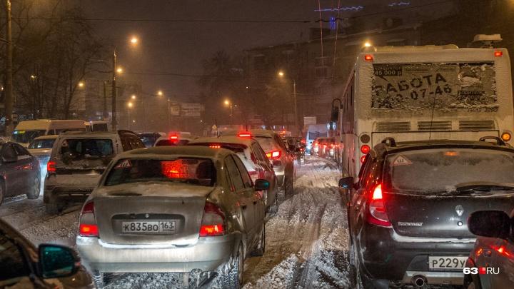 ДТП на заснеженных дорогах: Самара встала в 10-балльных пробках