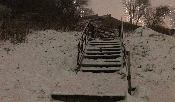 Там темно и страшно: власти отказались чинить кривую лестницу, по которой дети ходят в школу