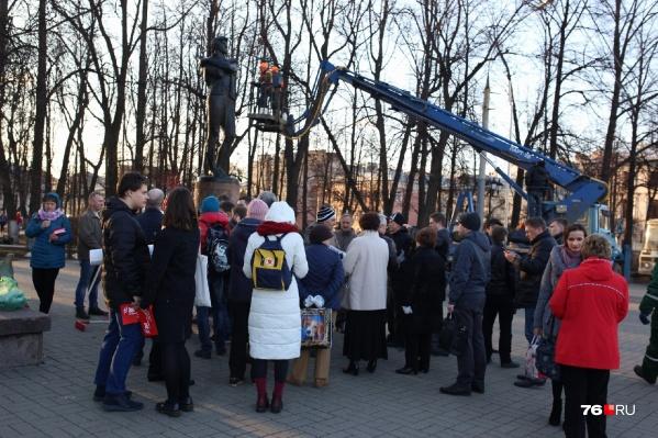 Моют памятник Волкову