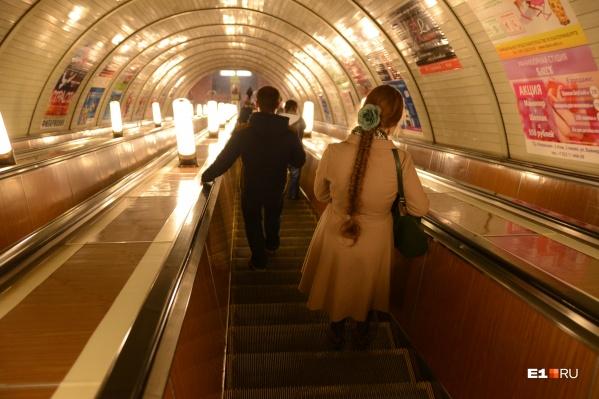 Ребятам, которые добираются до занятий на метро и с пересадками, приходится тратить на проезд более полутора тысяч рублей