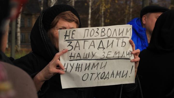 Дождь и споры: в Архангельске прошел митинг против строительства мусорных полигонов