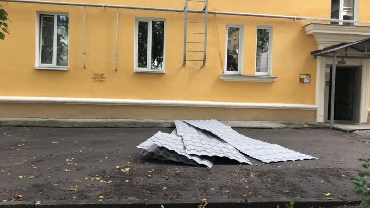 Крыша поехала: в челябинской «запретке» начали разбирать сделанные по программе капремонта дома