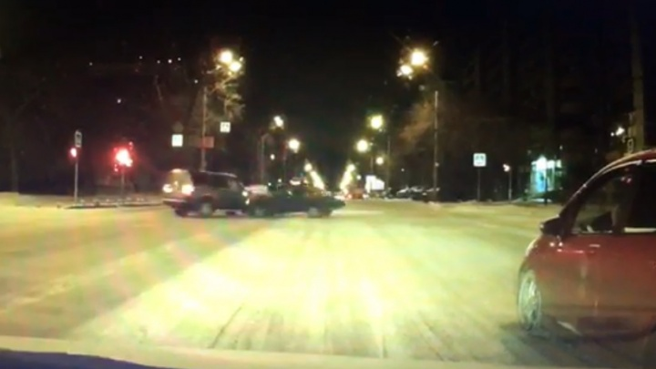 В районе Южного автовокзала регистратор записал, как Lada влетела в дорогой внедорожник