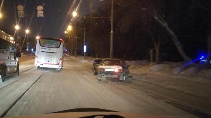 Два автомобиля сошлись в лобовом ДТП — в Кировском районе собралась пробка
