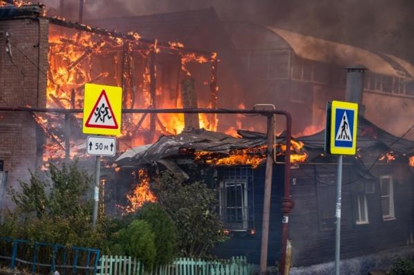 Огонь уничтожил больше сотни зданий