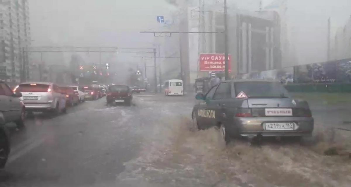 Автомобили с трудом пробирались по затопленным дорогам