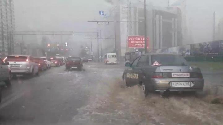 «На дорогах прямо реки!»: ливень мгновенно затопил Самару
