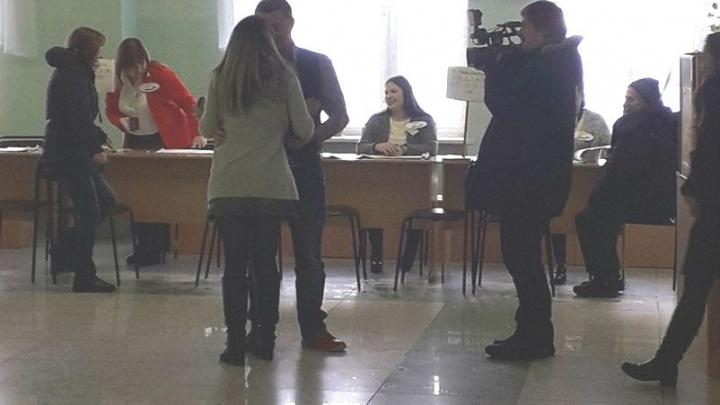 Голосуй за нашу любовь: ярославец сделал предложение девушке на избирательном участке
