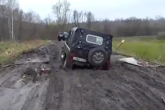 Увязший УАЗ простоял в грязи больше 12 часов