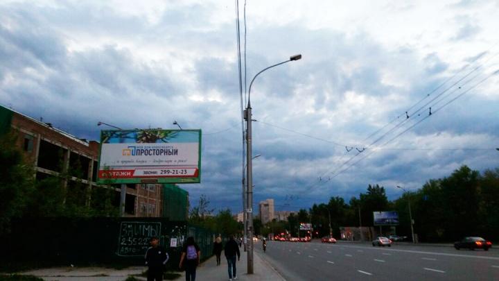 Рабочие перекопают улицу рядом с «Золотой Нивой»