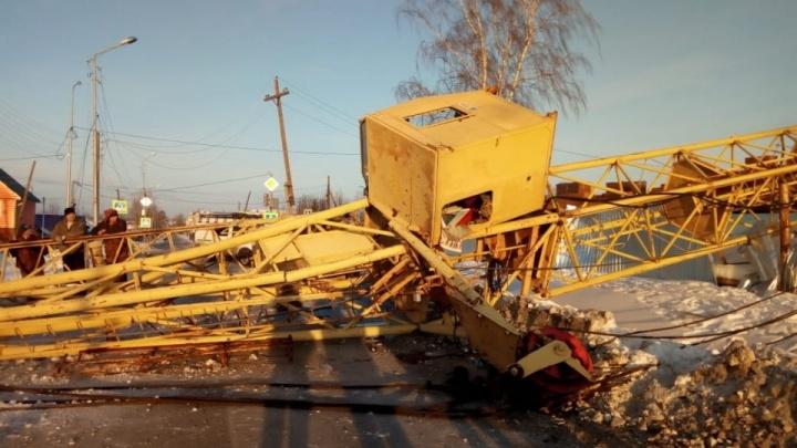 Скончался крановщик, чей башенный кран рухнул на стройплощадке жилого дома на Урале