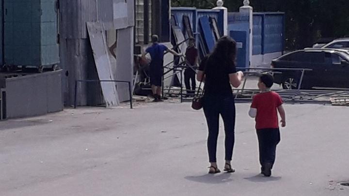 «Лежит и не двигается»: в Волгограде рабочий без каски сорвался со строительных лесов