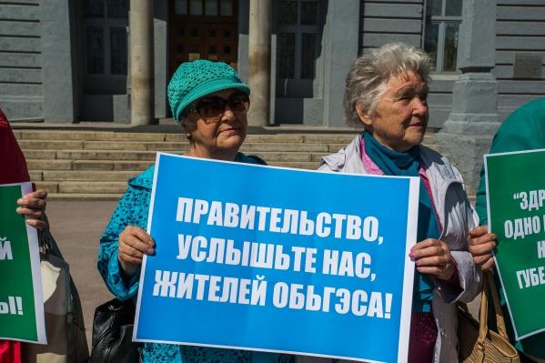 На пикет вышли 17 жителей микрорайона «ОбьГЭС» — они проводили подобный пикет в середине мая, их требования не изменились