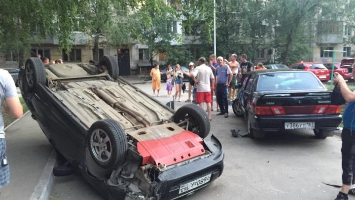 «Решил дрифтануть»: в Самаре «Приора» перевернулась на крышу после столкновения с «пятнадцатой»