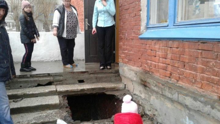 «Ушел вниз по подбородок»: лестница в детском саду провалилась под омичом, который нёс на руках дочь