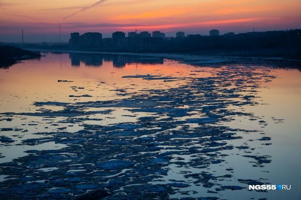 Длинные ледовые массивы медленно движутся на север