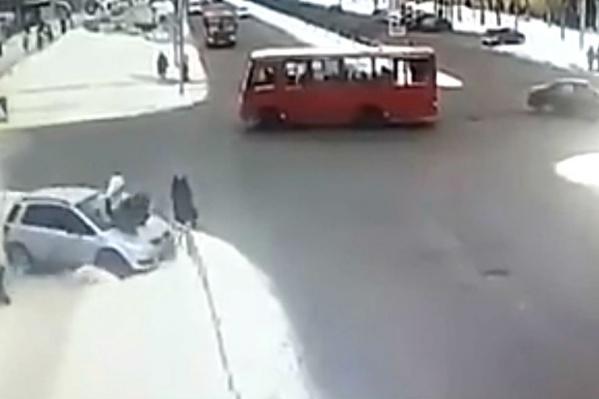 Пешеходы разлетелись в разные стороны