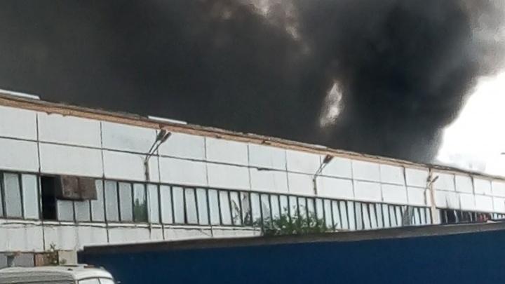 Черный дым столбом: в Тольятти 70 пожарных тушили склад