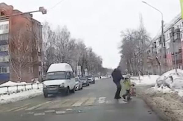 Ребенок хотел перейти самостоятельно, но в последний момент испугался и вернулся на тротуар