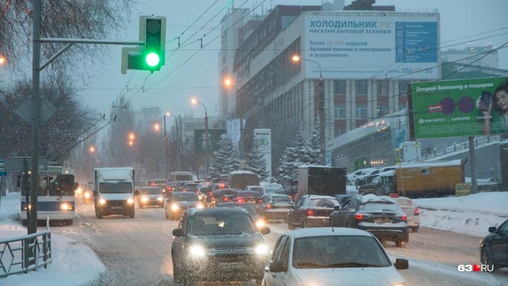 «Дороги не чищены!»: вСамаре снегопад спровоцировал 10-балльные пробки