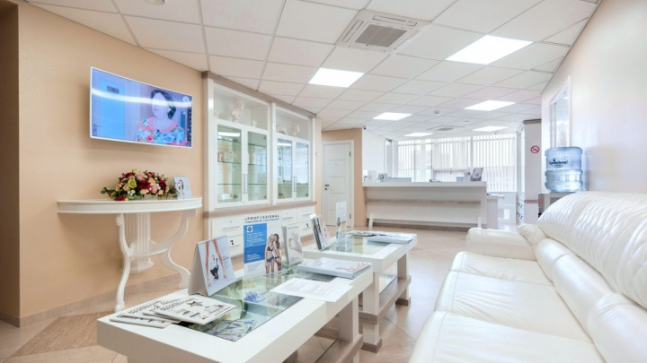 Судебные приставы пришли в клинику «Ассоль» за мебелью и компьютерами