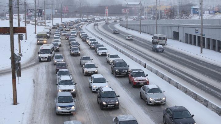 Из-за небольшого снегопада Челябинск сковали девятибалльные пробки