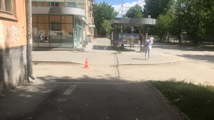 В Екатеринбурге разыскивают водителя BMW, который на тротуаре сбил ребенка во Втузгородке