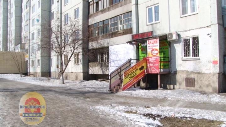 Мужчина в медицинской маске пытался ограбить ломбард на Воронова, но был заперт внутри продавцом