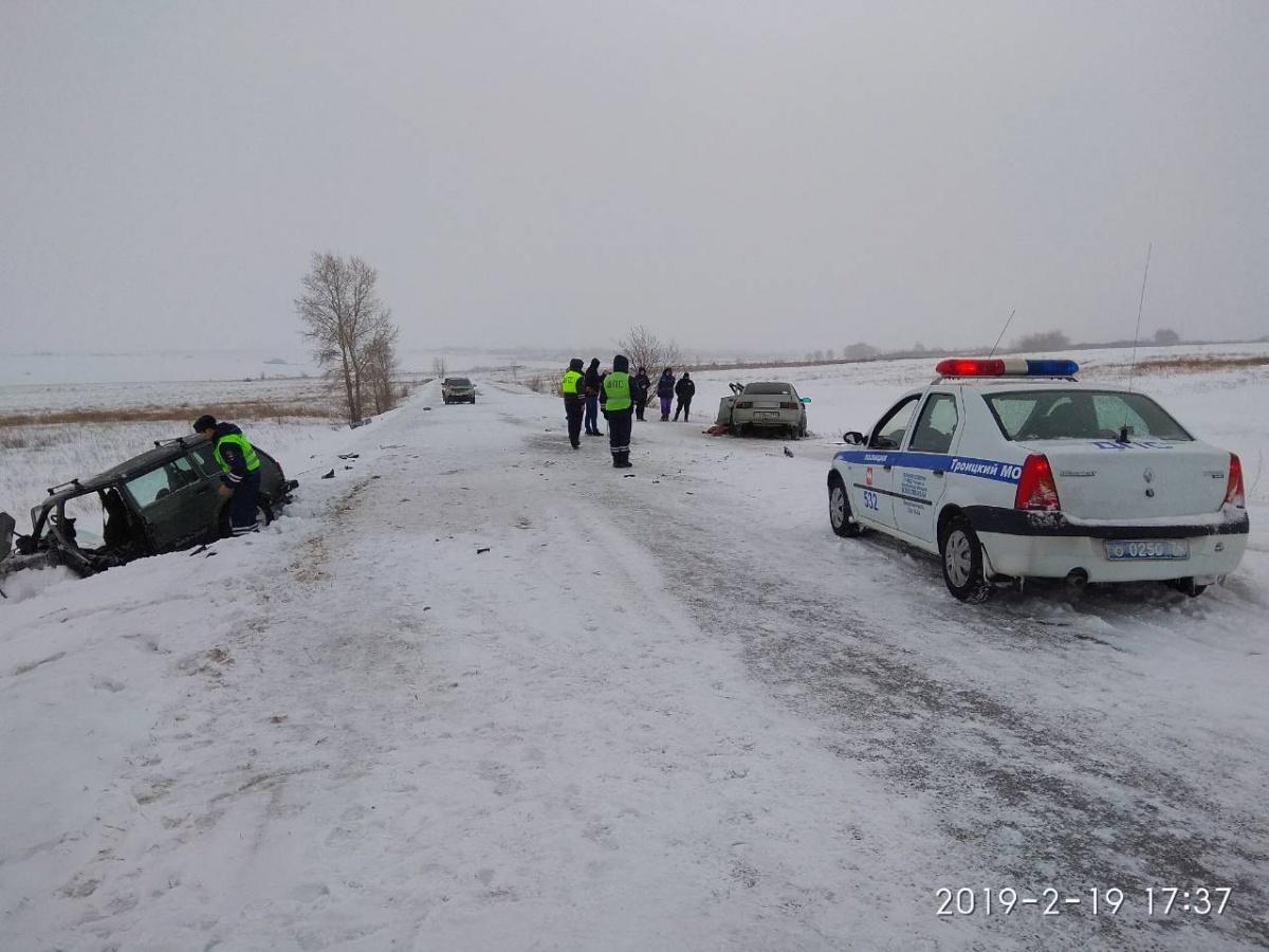 После удара оба автомобиля оказались в кювете
