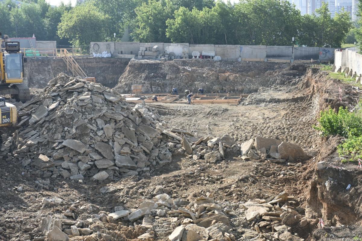 Рабочие копают котлован под фундамент