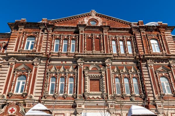 Здание Красного Креста на Льва Толстого стоит заброшенным уже несколько лет. А в начале 2000-х здесь был действующий роддом
