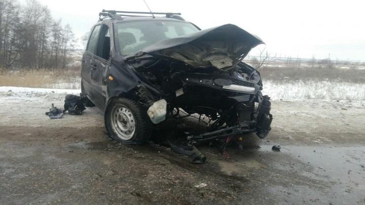 Разворотило капот: в Самарской области водитель «Калины» влетел в ограждение