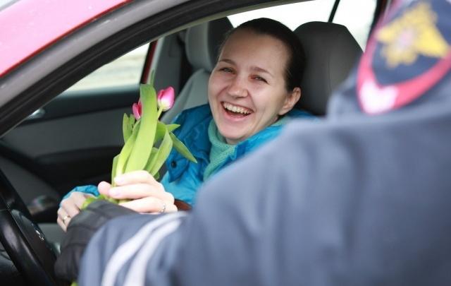 В Уфе сотрудники ГИБДД поздравили автомобилисток с 8 Марта