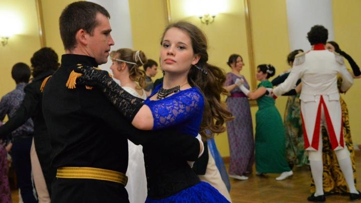Готовьте пышные платья с корсетами и парики: в Екатеринбурге пройдет бал, как при Петре I