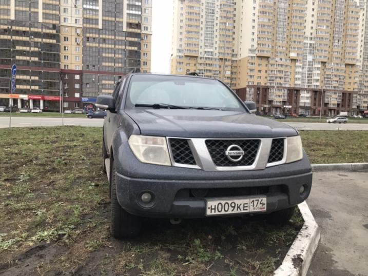 А владелец этого Nissan Pathfinder капитально достал жителей улицы Университетской Набережной, 103. Они пишут, что никто не позволяет себе парковаться именно так, этот автомобиль перерыл весь газон