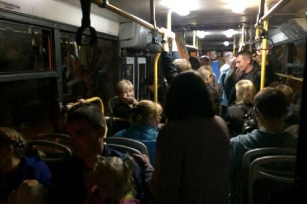 Так выглядел салон автобуса после салюта. Не так уж и много людей!