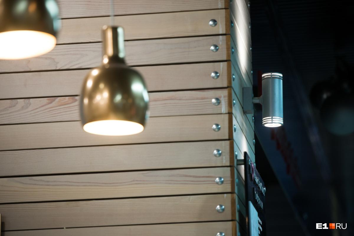 Для кофейни лучше использовать теплый свет