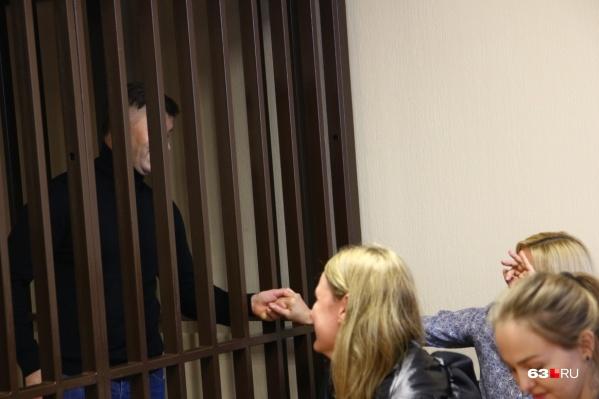 Анна Сазонова (держит за руку своего супруга) пришла поддержать мужа, но во время заседаний прятала свое лицо от камер