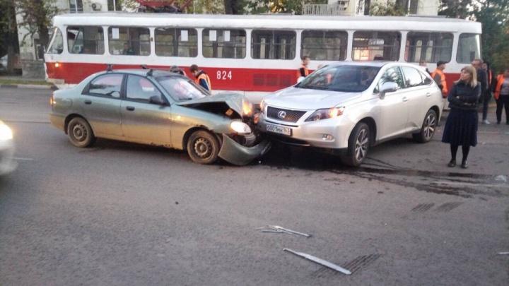 «Машину развернуло на дороге»: на Красноармейской трамвай врезался в Lexus