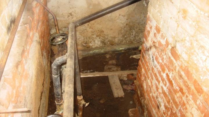 «Третий день живем как в бане»: в Волгограде лопнувшая труба отопления заливает подвал двухэтажки